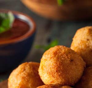 Recetas sencillas para enamorar en San Valentín recetas bolitas cheddar 600px 300x287 |  FAGOR SDA Electrodomésticos Pequeños