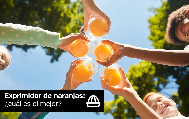 niños con zumo de naranja