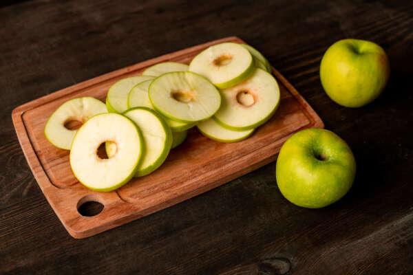 ¡Vuelta al cole! 5 snacks saludables para los más peques recetas apple slices on board YFL3ZP7 scaled e1630323360648 |  FAGOR SDA Electrodomésticos Pequeños